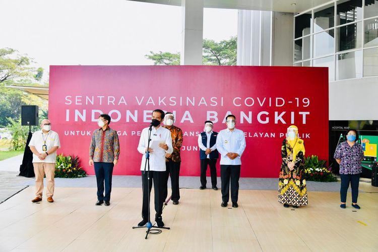 Presiden RI Joko Widodo meninjau vaksinasi Covid-19 massal di RS Universitas Indonesia, Depok, Jawa Barat pada Rabu (9/6/2021), yang ditujukan kepada pendidik, lansia, dan pelayan publik.