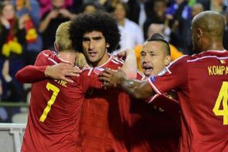 Kevin De Bruyne (kiri) merayakan gol bersama Marouane Fellaini saat Belgia menghadapi Bosnia-Herzegovina, Kamis (3/9/2015).