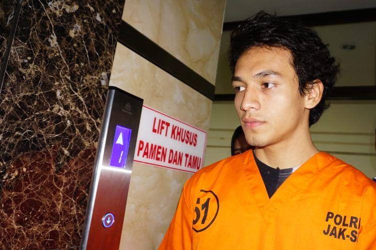 Artis peran Jefri Nichol mengenakan baju tahanan di Polres Jakarta Selatan, Rabu (24/7/2019). Jefri ditangkap polisi karena mengonsumsi ganja.