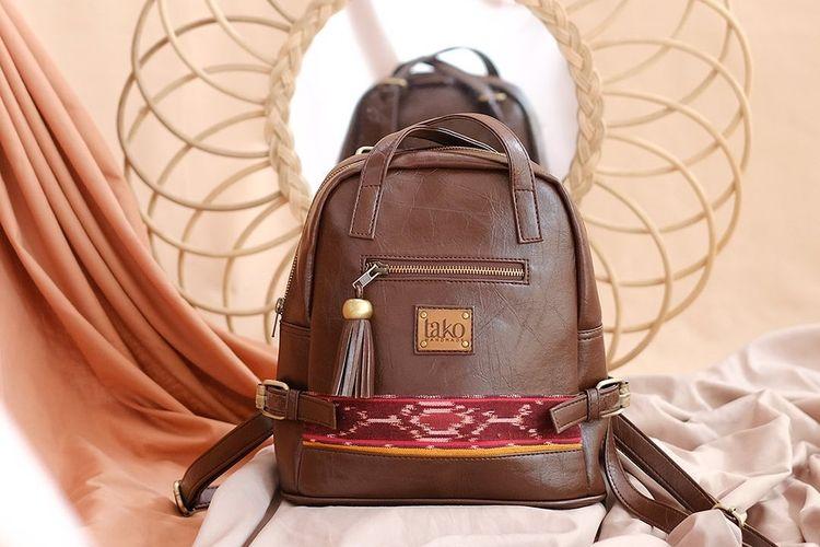 Sebagian koleksi Tako Bags memadukan bahan kulit sintetis dengan lain tenun tradisional.