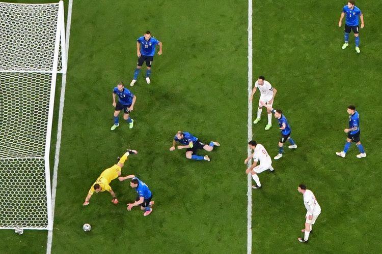 Penjaga gawang Italia Gianluigi Donnarumma (kiri) menyelamatkan gawangnya saat pertandingan semifinal Euro 2020 antara Italia dan Spanyol di Stadion Wembley di London pada 6 Juli 2021.