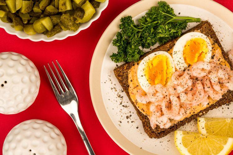 Ilustrasi roti tawar lapis udang dan ayam cincang.