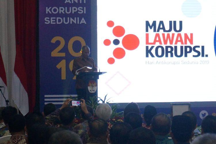 Ketua KPK Agus Rahardjo membacalan sambutan dalam acara peringatan Hari Antikorupsi Sedunia di Gedung Merah Putih KPK, Senin (9/12/2019).