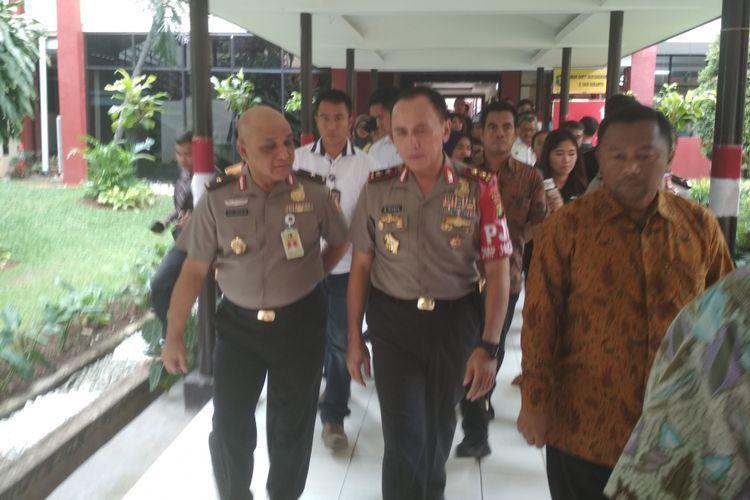 Kepala Polda Metro Jaya Irjen Iriawan menjenguk empat polisi yang menjadi korban teror bom Kampung Melayu, di Rumah Sakit Polri, Jakarta, Kamis (25/5/2017).