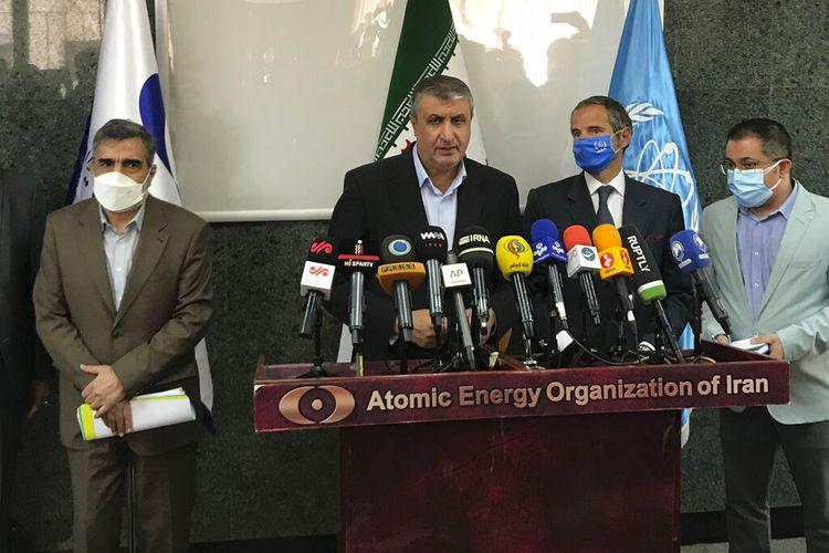 Kepala Organisasi Energi Atom Iran, Mohammad Eslami, tengah, berbicara dalam konferensi pers bersama dengan Direktur Jenderal Badan Energi Atom Internasional, IAEA, Rafael Mariano Grossi, kedua kanan, di Teheran, Iran, Minggu, 12 September 2021.
