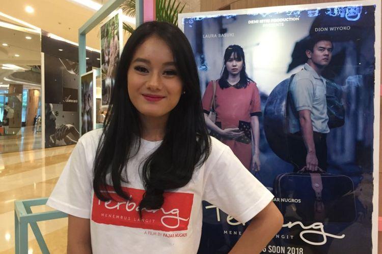 Dinda Hauw menghadiri jumpa pers film Terbang, Menembus Batas di Kuningan City, Jakarta Selatan, Senin (25/9/2017). Film itu disutradarai oleh Fajar Nugros yang mengangkat kisah nyata perjuangan hidup seseorang yang bernama Onggy.