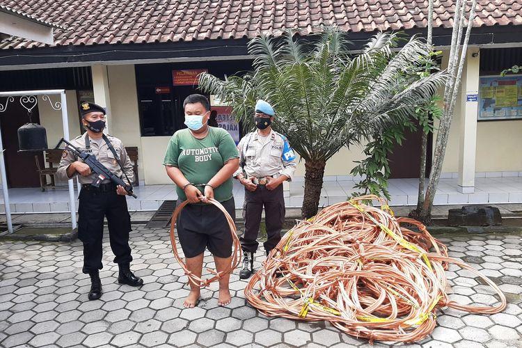 Pelaku pencurian kabel sisa instalasi KRL Yogya-Solo, MT saat di Mapolsek Kalasan.
