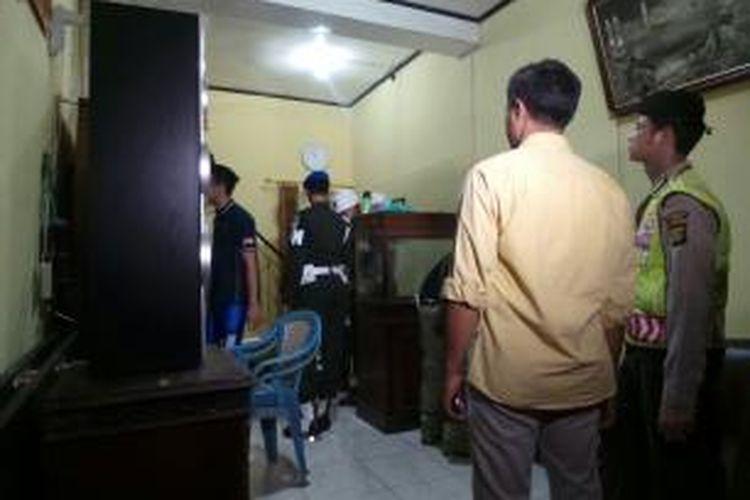 Aparat TNI dan Polisi menggerebek kampung Berlan, Jakarta Timur. Kamis (21/1/2016)