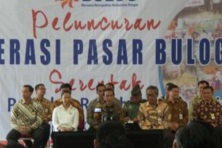Presiden Joko Widodo (tengah) melepas operasi pasar 300.000 ton beras dari  pergudangan Sunter Bulog Divre DKI Jakarta, Jumat (2/10/2015).