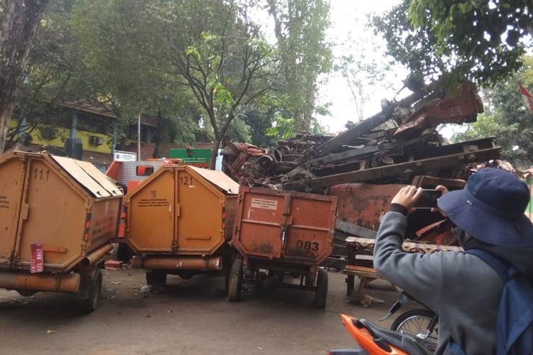 Sejumlah truk sampah di depan SMPN 71 Rawasari, Jakarta Pusat, Rabu (4/9/2019).