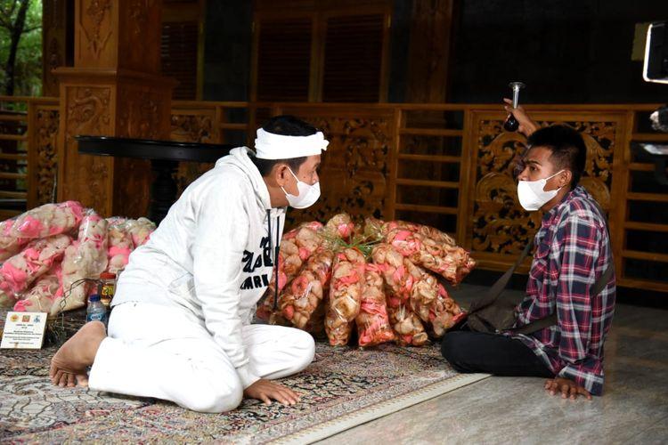 Amin saat, difabel yang berjualan kerupuk keliling, saat berbincang dengan Dedi Mulyadi, Senin (9/12/2020).