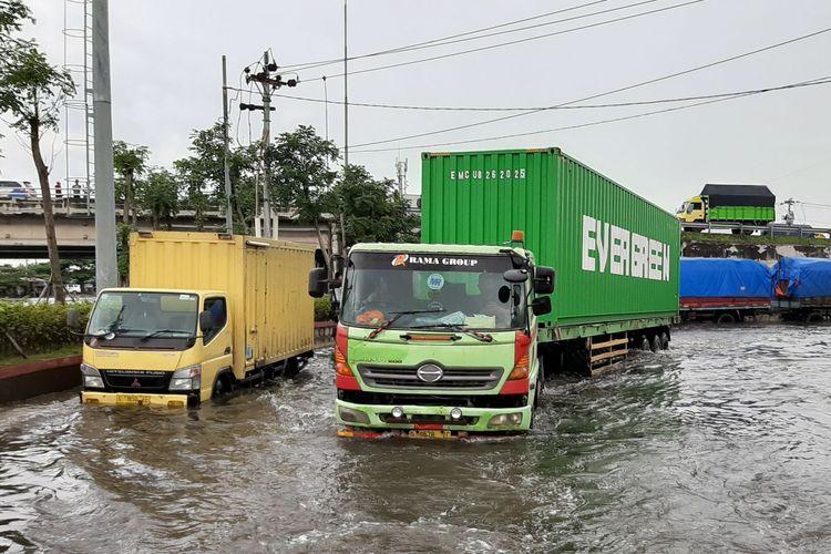Banjir di Jalan Kaligawe Semarang, Senin (8/2/2021).