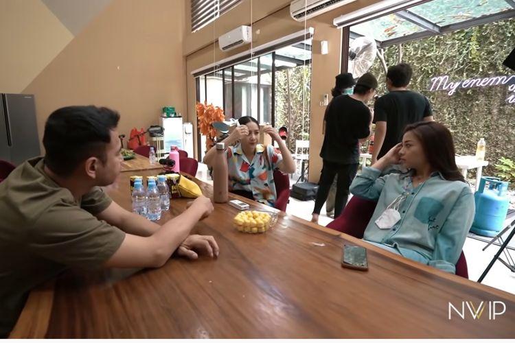 Artis peran Nikita Willy (kanan) berkunjung ke rumah pasangan Raffi Ahmad dan Nagita Slavina di Green Andara, Cinere.