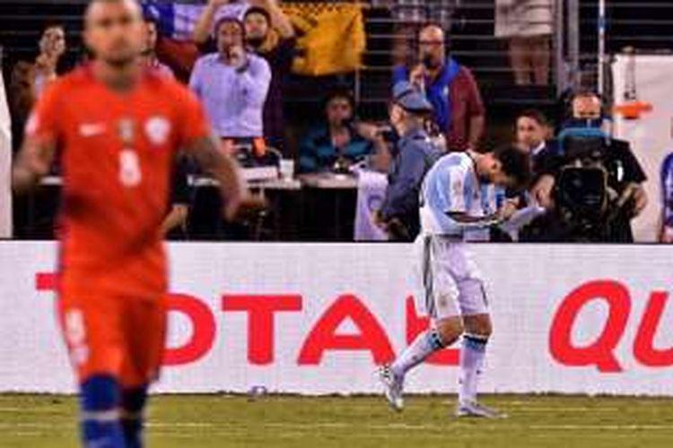 Ekspresi Lionel Messi setelah gagal menuntaskan eksekusi dalam adu penalti Argentina melawan Chile pada final Copa America di MetLife Stadium, Minggu (26/6/2016) atau Senin pagi WIB.