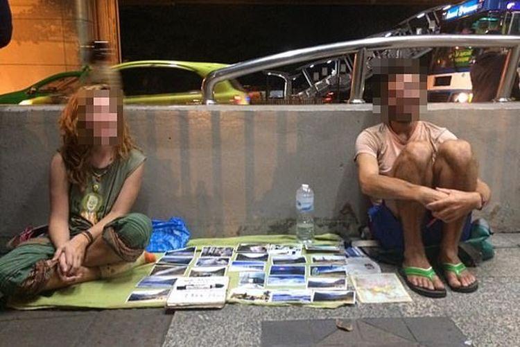 Wisatawan asing yang begpackers di sebuah kota dengan menjual foto dan pernak-pernik.