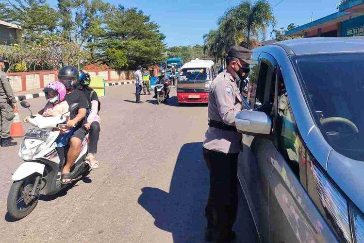 Polres Sumedang melakukan penyekatan di wilayah Jatinangor. Pada masa PPKM level 4, Polres Sumedang akan memberlakukan ganjil genap bagi kendaraan yang masuk ke wilayah Sumedang kota. AAM AMINULLAH/KOMPAS.com