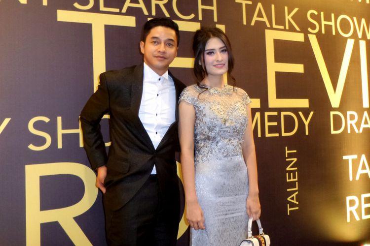 Artis peran Adly Fairuz dan kekasihnya Angbeen Rishi saat menghadiri acara Indonesian Television Awards 2017 di MNC Tower, Kebon Jeruk, Jakarta Barat, Rabu (20/9/2017).