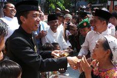HUT DKI, Jokowi Bagi-bagi Kue Tart untuk Warga Pademangan