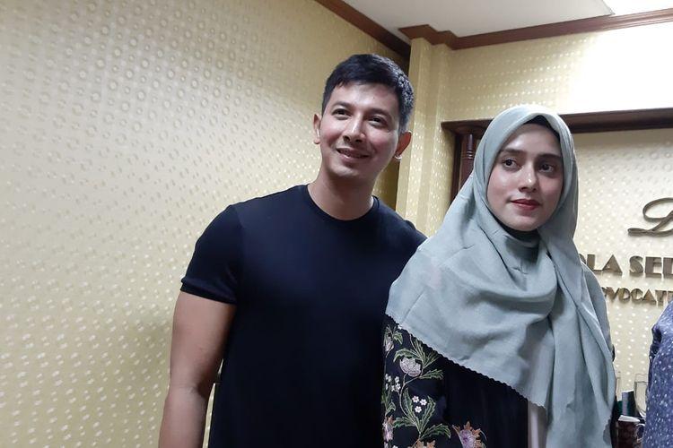 Artis peran Fairuz A Rafiq dengan suaminya, Sonny Septian saat ditemui di kawasan Kuningan, Jakarta Selatan, Jumat (13/3/2020).