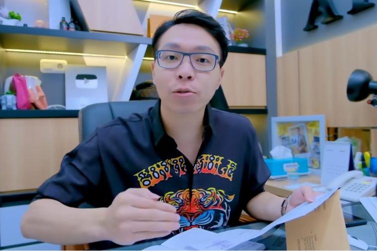 Dokter Richard Lee menunjukkan surat pemanggilan dari Polda Metro Jaya terkait pelaporan oleh Kartika Putri.