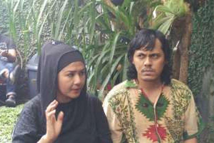 Ria Irawan dan Mayky Wongkar di sela syukuran pernikahan di kediaman mereka di kawasan Lebak Bulus, Jakarta Selatan, Jumat (23/12/2016).