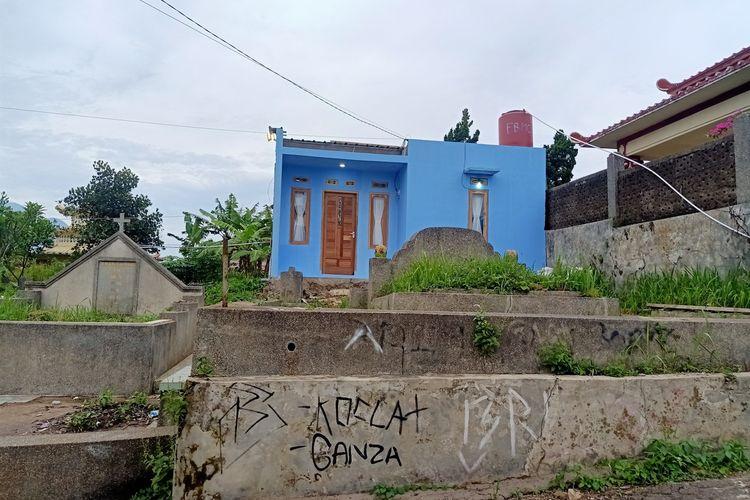 Sejumlah bangunan permanen untuk tempat tinggal berdiri di areal Tempat Pemakaman Umum (TPU) Cikadut Bandung.
