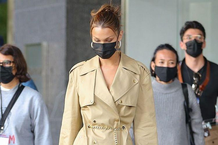 Bella Hadid saat tertangkap kamera mengenakan blazer dress khaki, yang memamerkan kakinya yang panjang di New York.