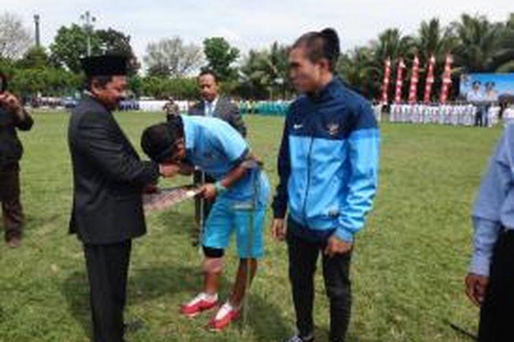 Dua Pemain Timnas U 19, Sabeq Fahmi Fachrezy dan Paulo Oktavianus Sitanggang, menerima penghargaan beasiswa dari Wakil Bupati Jember, Senin (28/10/13)