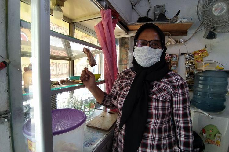 Salah seorang penjual soto Sri Wuri yang mengaku mempertahankan harga soto yang ia jual ketika ditemui di warungnya, Jalan Pengadilan Raya, Kota Tangerang, Banten, Rabu (20/1/2021) sore.