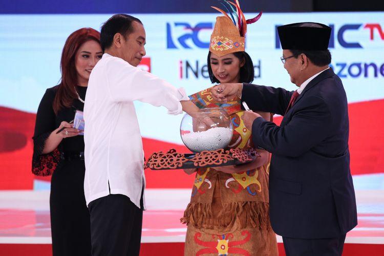 Calon Presiden Nomor Urut 1, Joko Widodo dan No JUrut 2, Prabowo Subianto mengambil undian pertanyaan saat Debat Kedua Calon Presiden di Hotel Sultan, Jakarta, Minggu (17/2/2019).