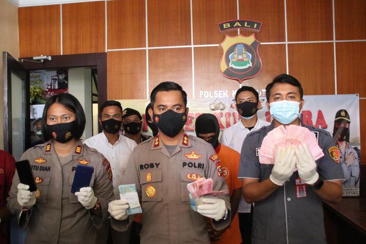 Kapolres Badung, AKBP Roby Septiadi (tengah) saat menunjukkan barang bukti, Selasa (22/6/2021)