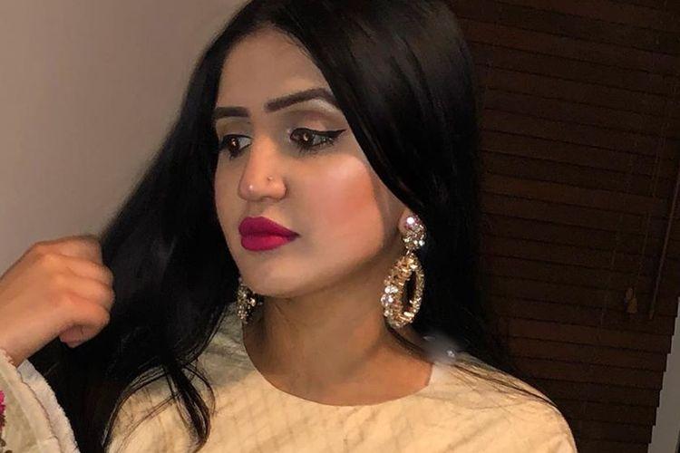 Mayra Zulfiqar, seorang gadis Inggris berdarah Pakistan yang ditemukan tewas di kota Lahore. Dia disebut ditembak mati setelah menolak menikahi seorang pria.