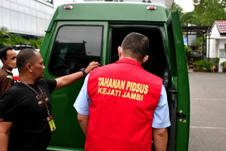 Tersangka kasus kredit fiktif dibawa ke Rutan oleh petugas Kejaksaan Tinggi Jambi, Senin (6/9/2021).