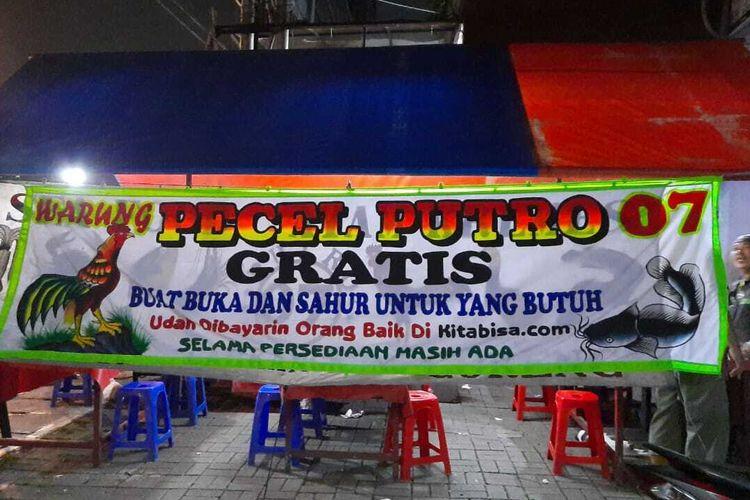 Warung Pecel Putro menyajikan makanan gratis bagi siapa saja yang membutuhkan.