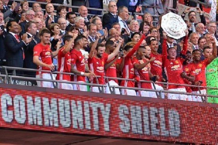 Manchester United meraih trofi Community Shield ke-21 seusai mengalahkan Leicester City di Wembley, Minggu (7/8/2016).