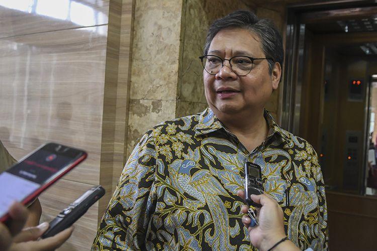 Menteri Koordinator Bidang Perekonomian Airlangga Hartarto menjawab pertanyaan wartawan sebelum memimpin Rapat Koordinasi (Rakor) tentang Kebijakan Stimulus ke-2 Dampak COVID-19 tingkat menteri di kantor Kemenko Perekonomian, Jakarta, Rabu (11/3/2020).