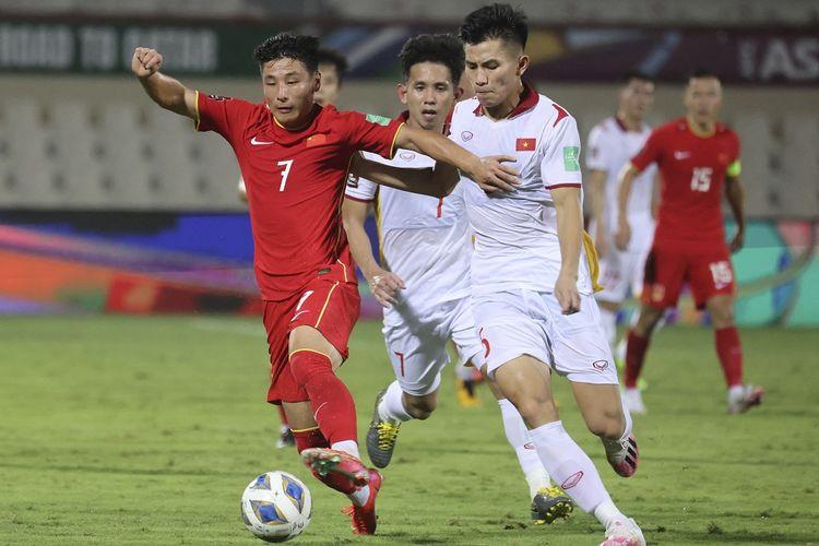 Winger Chine Wu Lei (kiri) berduel dengan bek Vietnam Nguyen Thanh Binh (kanan) pada laga lanjutan babak ketiga Kualifikasi Piala Dunia 2022 Zona Asia yang berlangsung di Stadion Sharjah, Uni Emirat Arab, Jumat (8/10/2021) dini hari WIB.