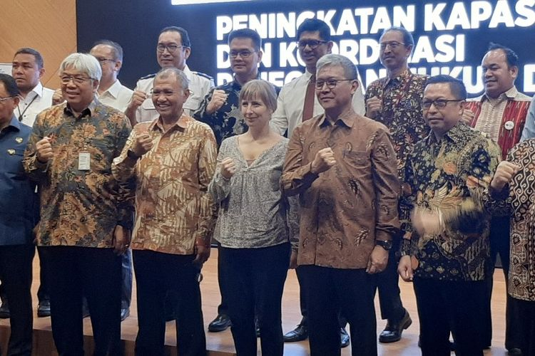 Ketua KPK Agus Rahardjo berfoto bersama dengan peserta Program Peningkatan Kapasitas Penegam Hukum dan PPNS di Sektor Kehutanan dan Sumber Daya Alam di Gedung ACLC KPK, Rabu (18/12/2019).