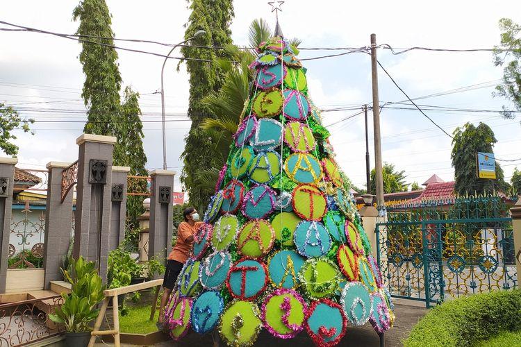 Pohon natal di Gereja Katedral Kristus Raja Purwokerto, Kabupaten Banyumas, Jawa Tengah, Rabu (23/12/2020).