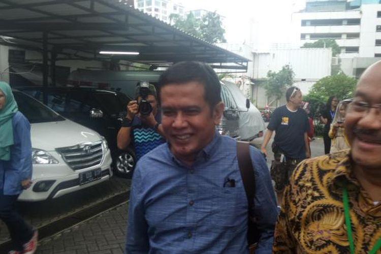 Bupati Nganjuk Taufiqurrahman didampingi pengacara seusai diperiksa sebagai tersangka di Gedung KPK Jakarta, Selasa (24/1/2017).