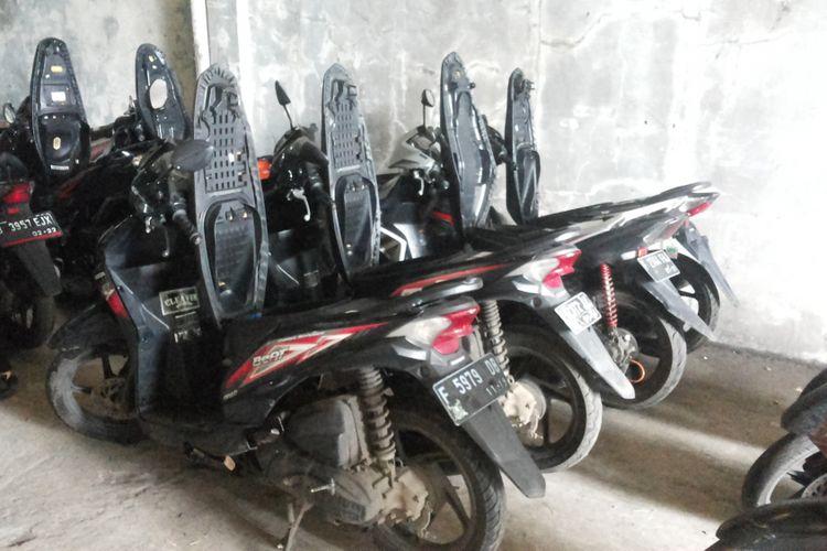 Motor-motor tarikan leasing Adira Finance yang disimpan di gudang penyimpanan milik Adira di Tapos, Depok, Senin (5/2/2018).