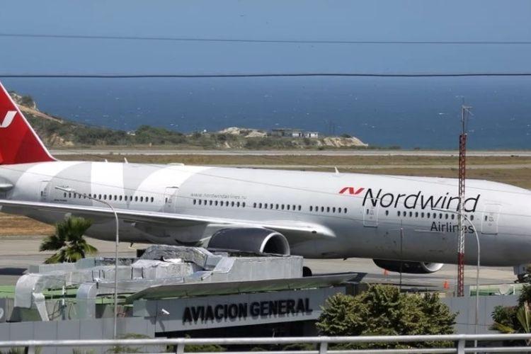 Pesawat Boeing 777 milik maskapai penerbangan Rusia, Nordwind Airlines terlihat di bandara Simon Bolivar, Caracas, Venezuela.