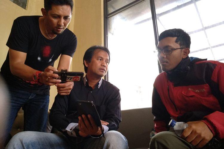 Ketua KPAID Kabupaten Tasikmalaya Ato Rinanto, sedang mendampingi korban saat dimintai keterangan kembali di Ruang Satreskrim Polres Tasikmalaya Kota, Kamis (19/3/2020).