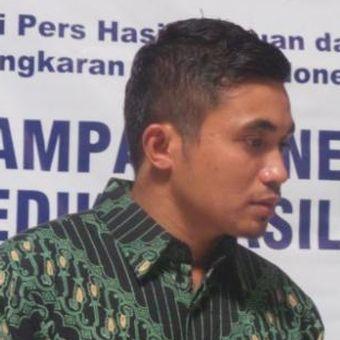 Peneliti Lingkaran Survei Indonesia (LSI) Adjie Alfaraby memaparkan hasil survei Pemilu Legislatif 2014 di Kantor LSI, Rawamangun, Jakarta Timur, Rabu (2/4/2014).