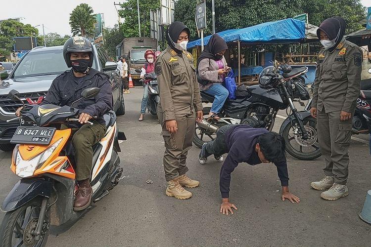 Sejumlah petugas gabungan Satgas Penanganan Covid-19 sedang memeriksa pengendara yang hendak menuju kawasan Puncak Bogor, Jawa Barat, Sabtu (19/6/2021).