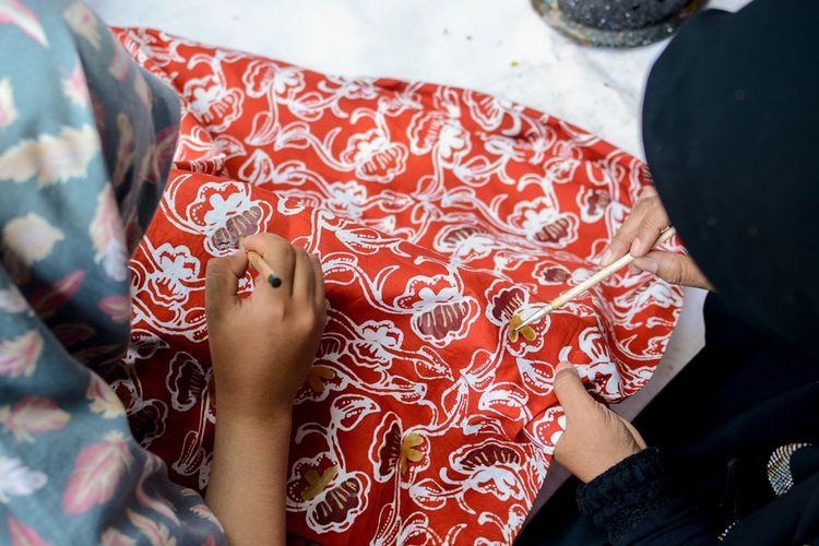 Batik Semarang memiliki warna cerah dan corak yang menggambarkan kekayaan flora serta fauna di Semarang.