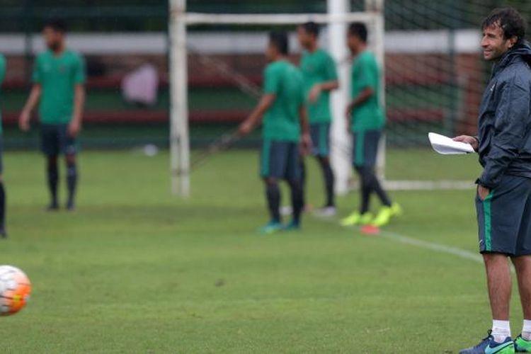Pelatih timnas U-22 Indonesia Luis Milla saat seleksi timnas U-22 Indonesia di Lapangan Sekolah Pelita Harapan, Tangerang, Banten, Rabu (22/2/2017). Sebanyak 25 pemian sepak bola mengikuti seleksi pertama Timnas Indonesia U-22 proyeksi SEA Games 2017.