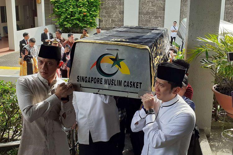 Putra Ibu Negara 2004-2014 Ani Yudhoyono, Agus Harimurti Yudhoyono (kiri) dan Edhie Baskoro Yudhoyono memanggul keranda jenazah Ibunda untuk dimandikan di KBRI Singapura, Sabtu (1/6/2019). Istri Presiden Susilo Bambang Yudhoyono, Ani Yudhoyono tutup usia karena kanker darah saat menjalani perawatan di Singapura.