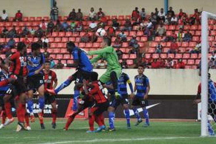 Bek Persepam MU, Abubakar Silah (32) berusaha menghalau bola saat terjadi kemelut didepan gawang Persepam yang dijaga Gerry Mandagi (47) hasil sepak pojok. Dalam laga yang digelar di Stadion Mandala, Jayapura, Jumat (7/2/2014) Persipura dan Persepam MU bermain imbang 2-2.