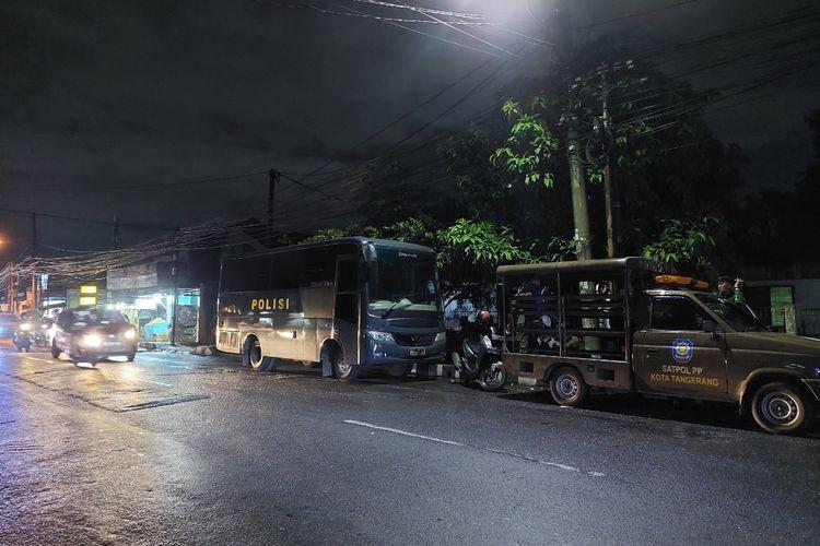 Kondisi Jalan Sitanala, Neglasari, Kota Tangerang, pada Rabu (31/3/2021) malam, usai tawuran antar dua kelompok massa terjadi. Saat ini, TNI-Polri dan Satpol PP Kota Tangerang terpantau masih menjaga jalan raya tersebut.